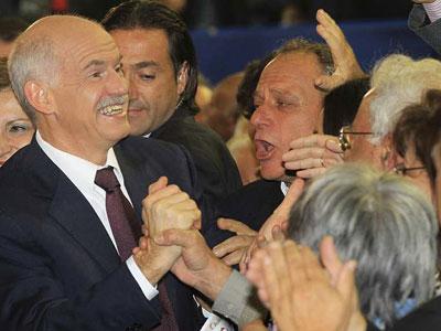 El primer ministro griego, el socialista Yorgos Papandréu, saluda al público durante un acto de cierre de campaña electoral. De Público.es