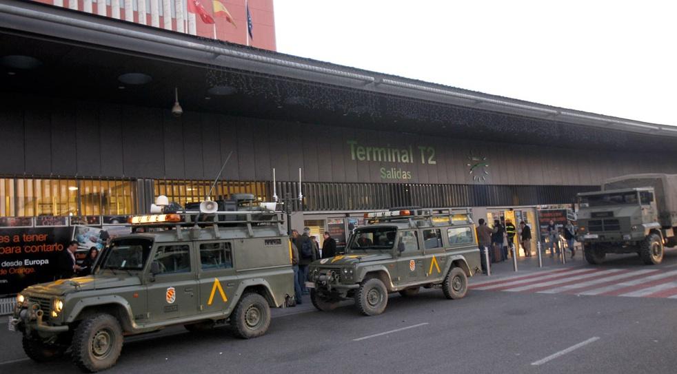 La UME en Barajas. elpais.com