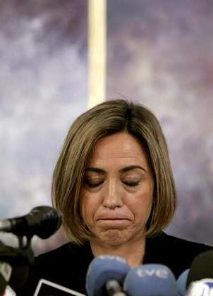 """Carme Chacón. """"Defensa investiga la anómala explosión que mató a 5 militares"""". (La voz de Galicia 25.2.2011)"""