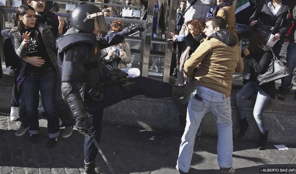 Antidisturbios vs. Manifestantes. Reforma Laboral. Fotografía publicada en Público.es
