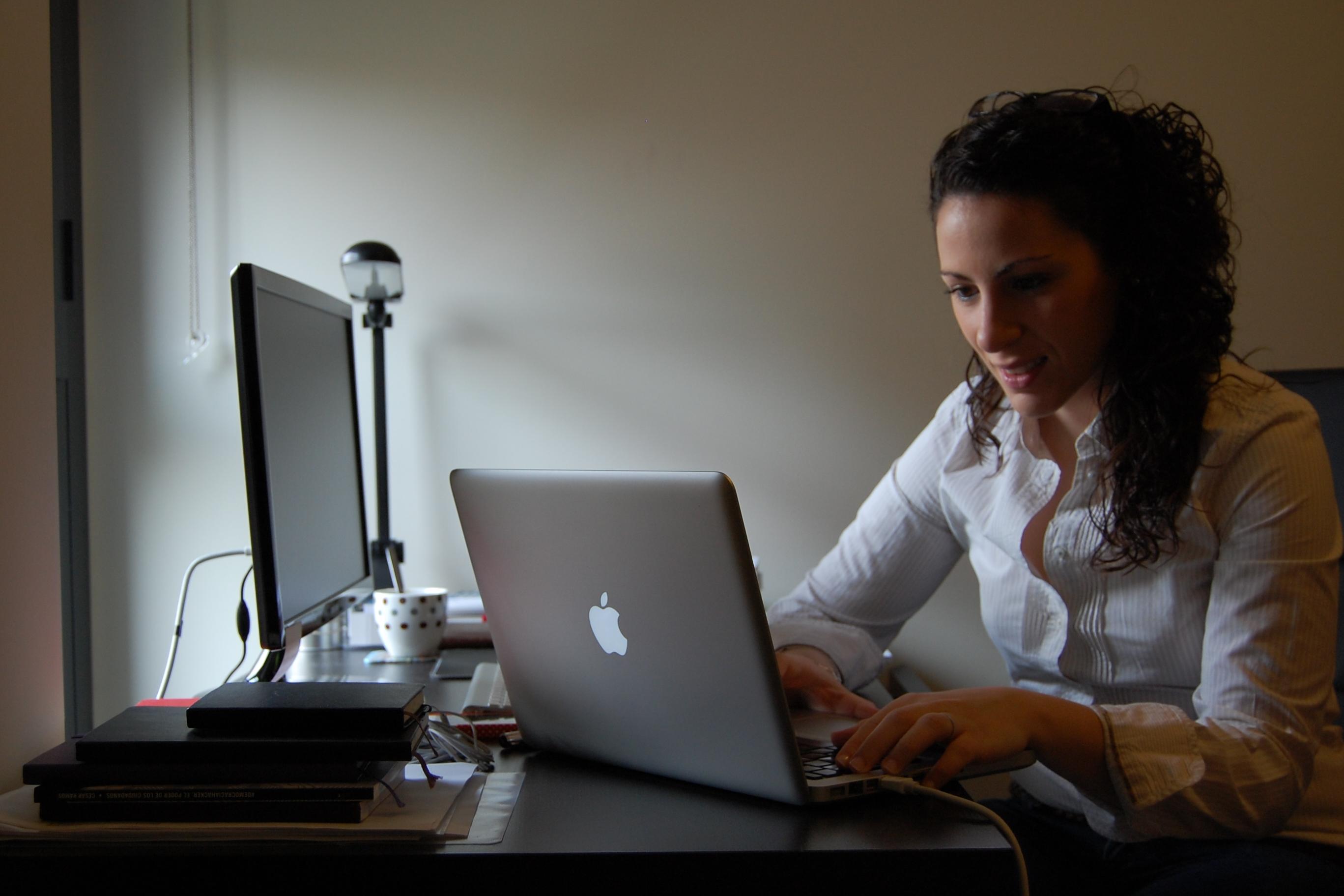 """Ángela Paloma: """"El lenguaje que hablan los políticos, no es el mismo que habla la sociedad"""" La periodista y asesora de comunicación ha respondido a los lectores de La Opinión,  con motivo de la II edición del Encuentro Ideas en Femenino"""