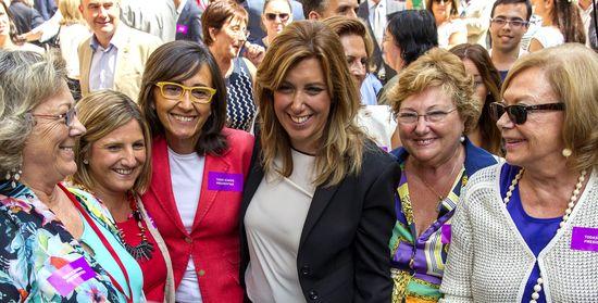 Susana Díaz, presidenta de la Junta de Andalucía, con Rosa Aguilar, Amparo Rubiales y otras mujeres tras el debate de investidura, por JULIO MUÑOZ (EFE)