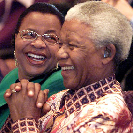 Imagen: Nelson Mandela y su actual mujer, Graça Machel (Associated Press)