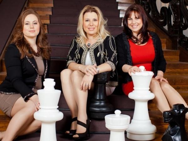 Las tres hermanas Polgár: Susan, Judit y Sofia, de Chessdom: Polgár Chess Festival 2012.