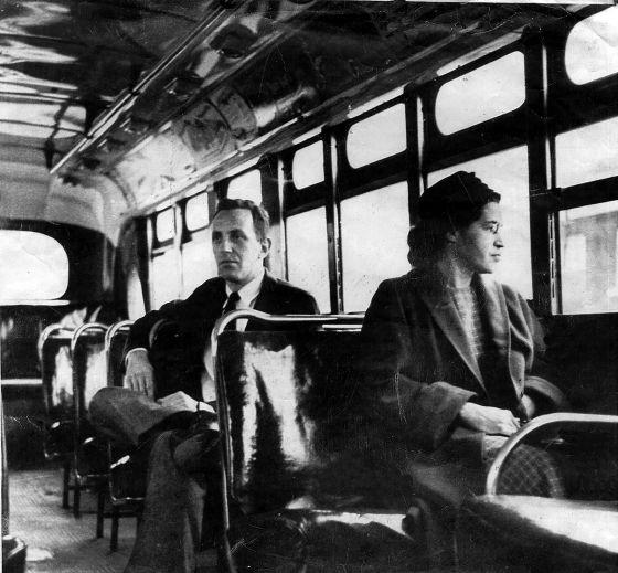 Rosa Parks en un autobús de Montgomery junto a un hombre blanco. / AP