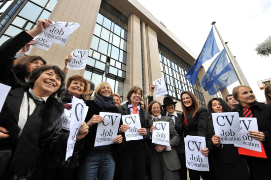 Eurodiputadas ataviadas con corbatas, bigotes y falsos currículos, en una protesta en 2009 contra la discriminación sexual en los puestos de poder de la UE (AFP).