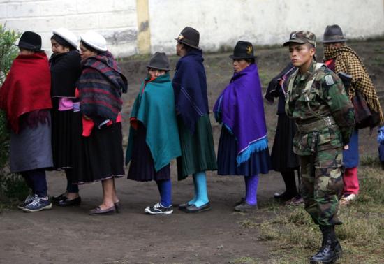 Cola de mujeres para votar en las elecciones legislativas en Pilahui (Ecuador). El País