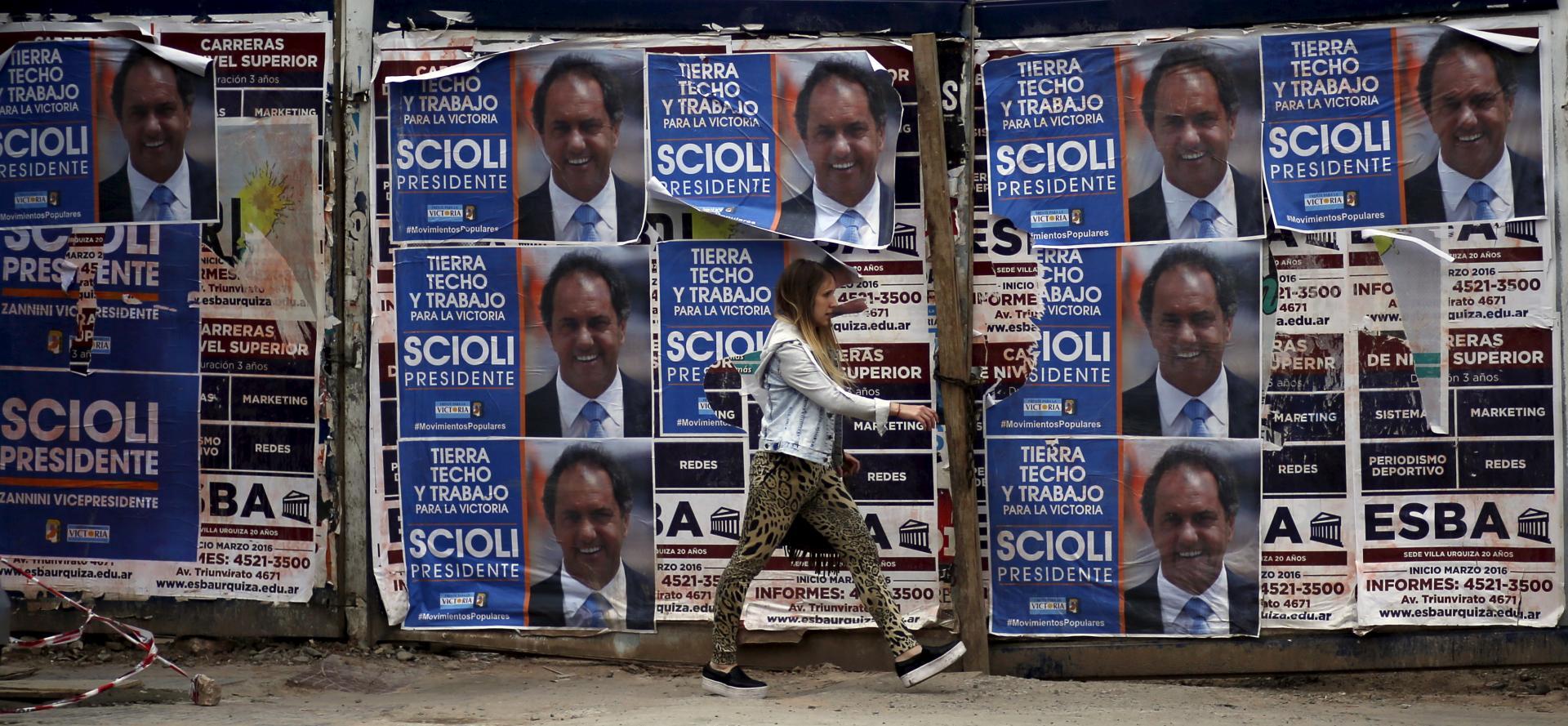 Una mujer pasa ante carteles electorales de Daniel Scioli en Buenos Aires. Marcos Brindicci. Reuters