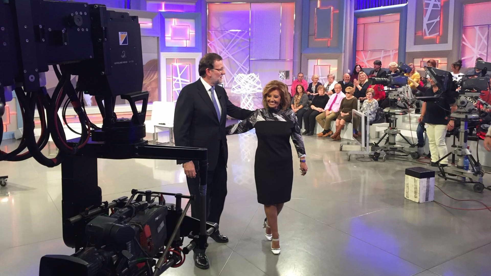 Mariano Rajoy con María Teresa Campos en un plató de televisión. EP