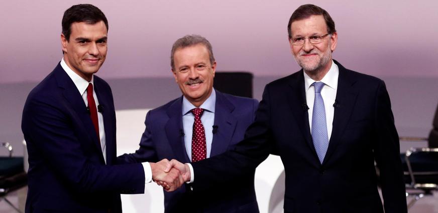 Rajoy y Sánchez se saludan antes del debate. EP