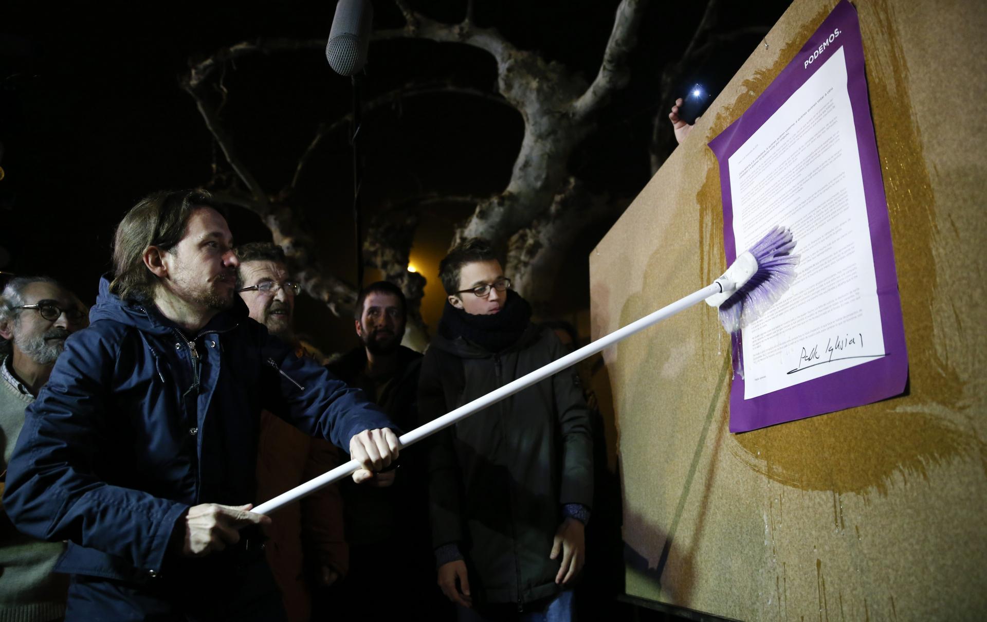 Pablo Iglesias durante el acto de pegada de carteles que da inicio a la campaña. Juan Medina, Reuters