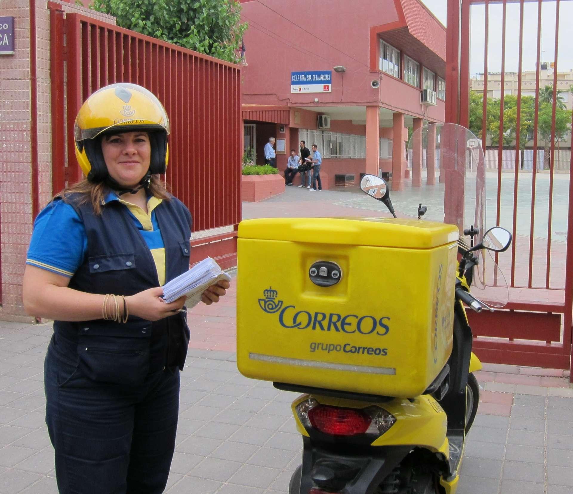 Una trabajadora hace entrega de los votos recibidos por correo en las pasadas elecciones. EP