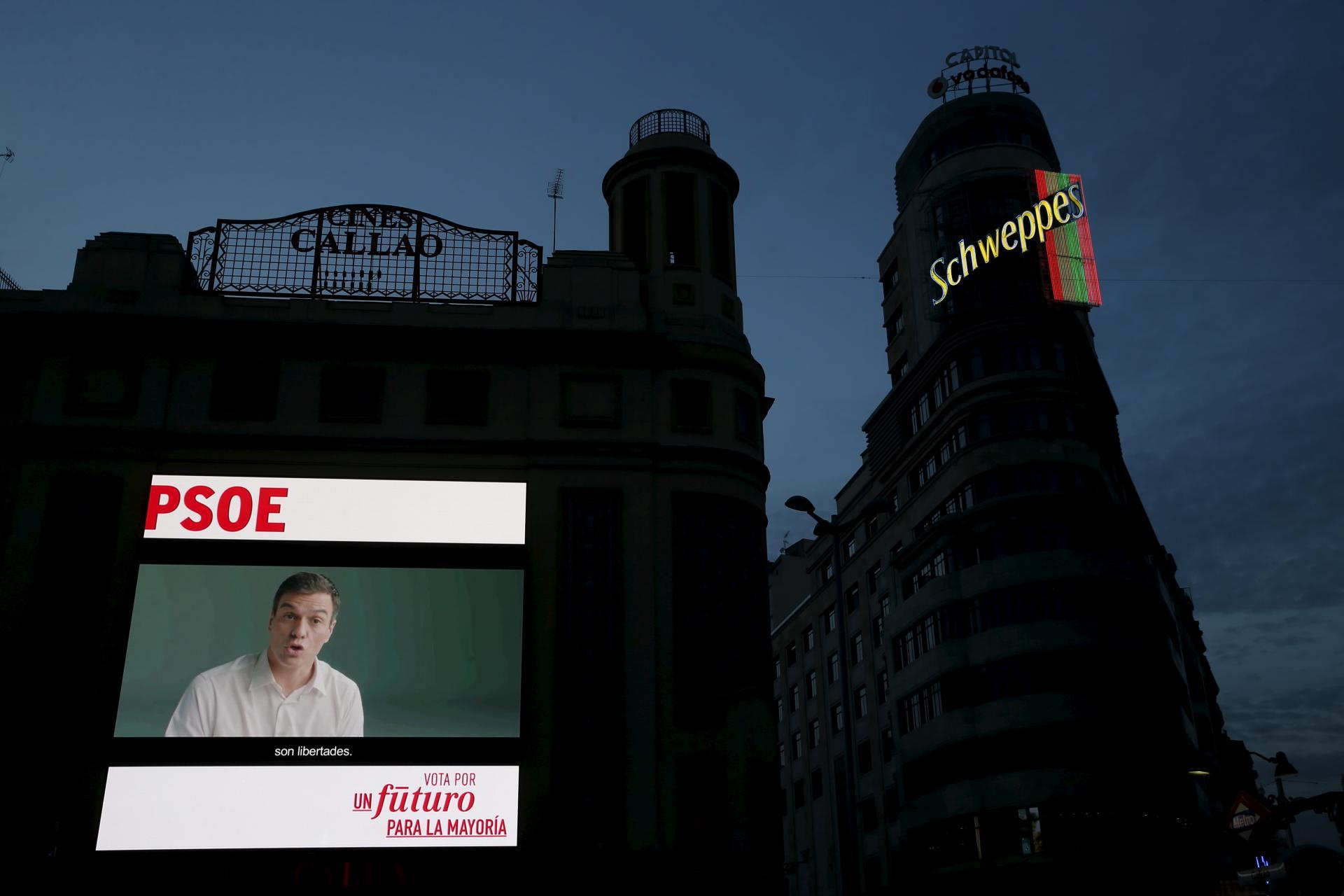 Un cartel de propaganda electoral en la plaza de Callao en Madrid. Susana Vera. Reuters