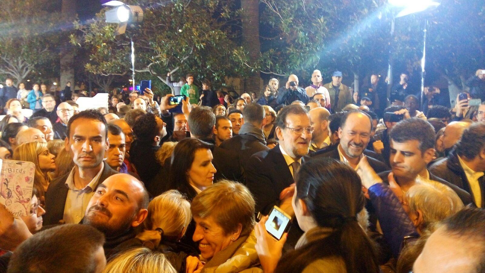 Rajoy en el mitín en el que dio a conocer ayer la muerte del policía español en Kabul. EP