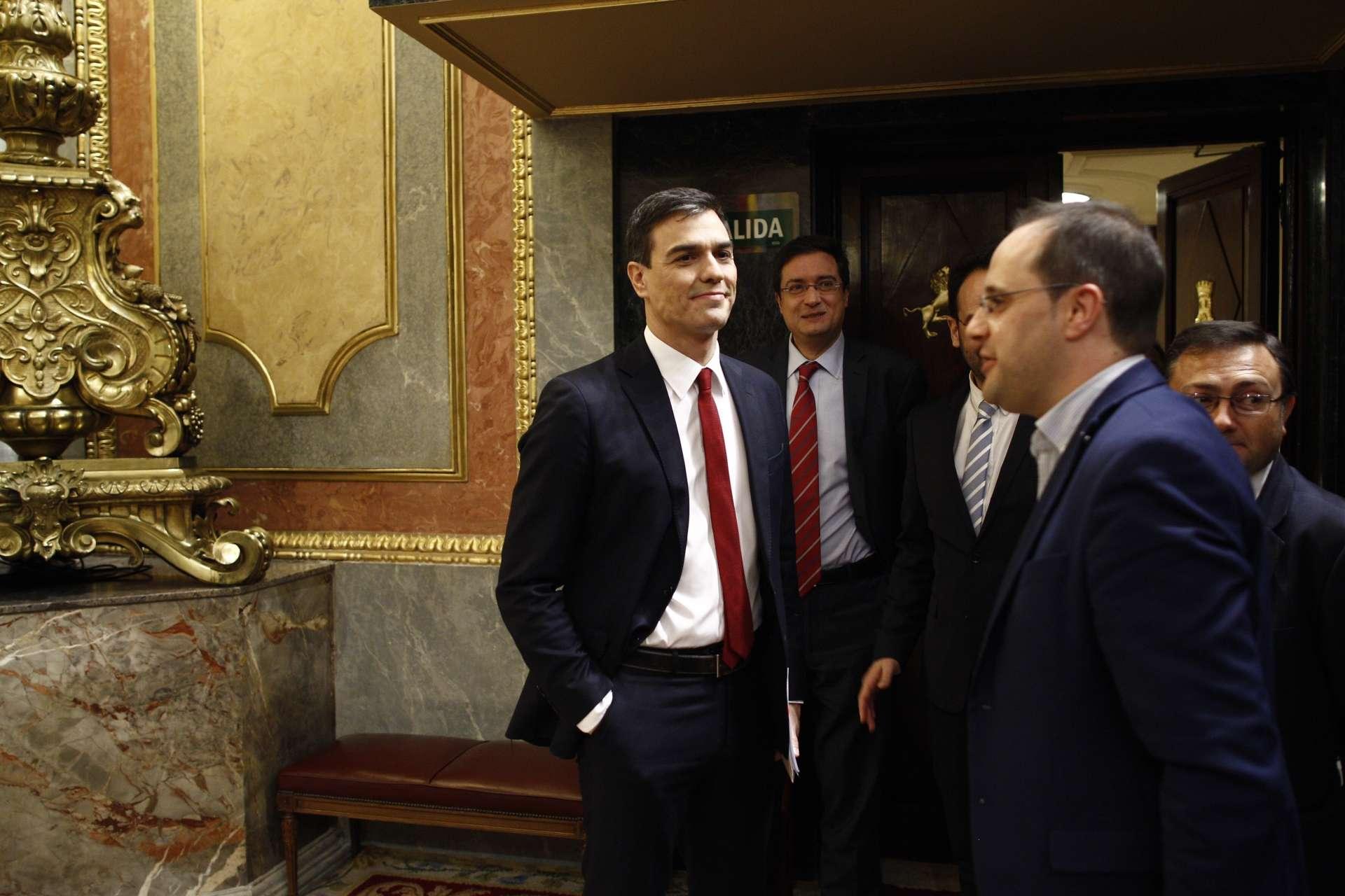 Pedro Sánchez en el Congreso con su equipo. Fotografía de EP publicada en BEZ