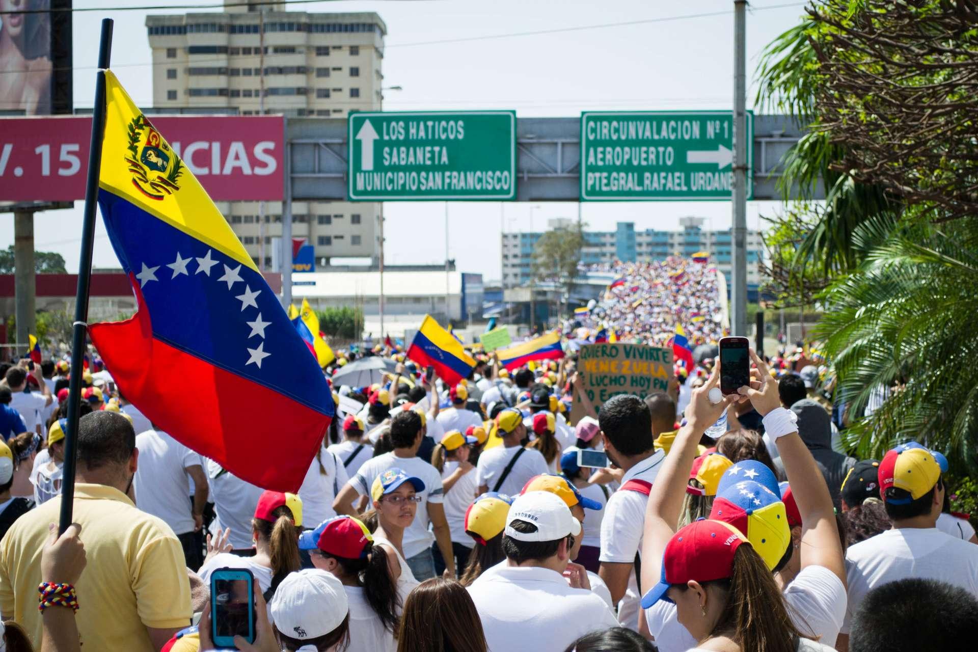 Jóvenes marchando por las calles de Caracas. Fotografía cedida a BEZ con Licencia Creative Commons