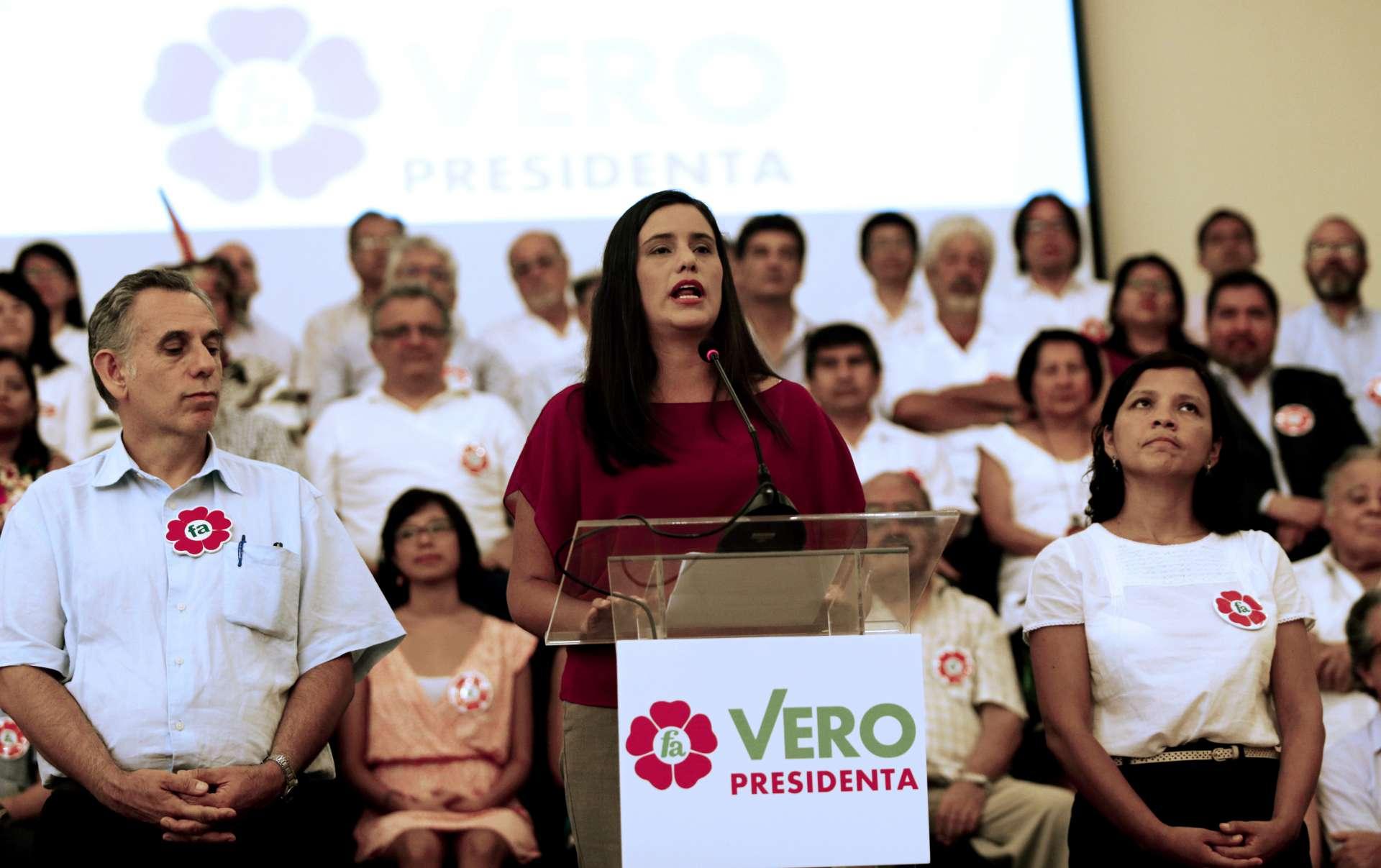 La candidata del Frente Amplio Veronika Mendoza presenta a su equipo. Fotografía de Mariana Bazo, Reuters. Publicada en BEZ