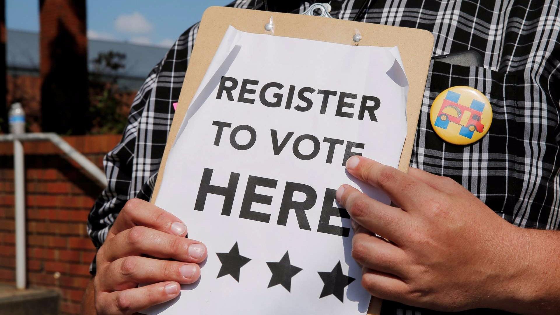 Un hombre sostiene un registro de votantes en un mitin demócrata. Reuters. Brian Snyder