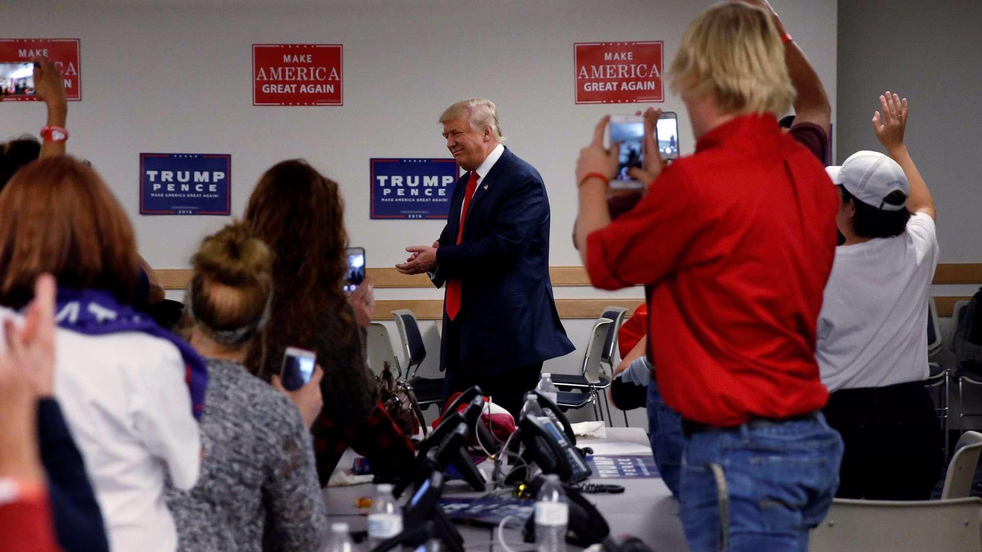 El candidato republicano, Donald Trump, asistiendo a un `phone bank´ de su partido. Reuters