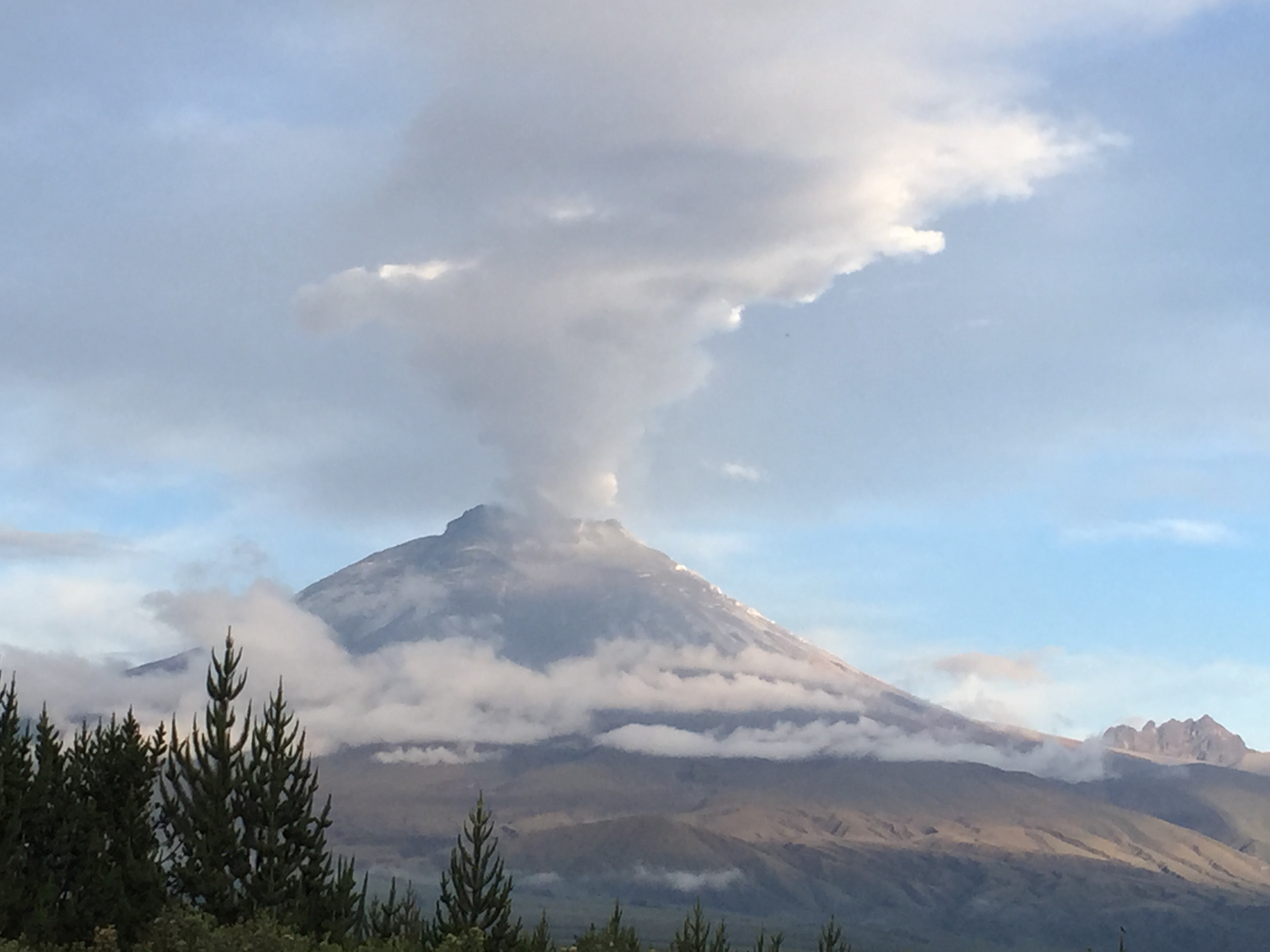 Volcán Cotopaxi en erupción. Fotografía de Ángela Paloma